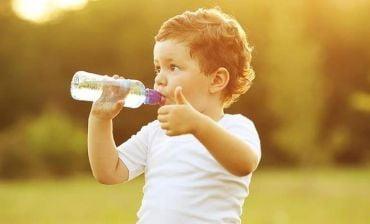 Khuyến khích và tập cho con uống nhiều nước mỗi ngày