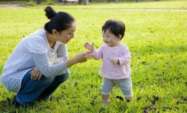 Trẻ bị táo bón mẹ sẽ làm gì để hỗ trợ cho bé?